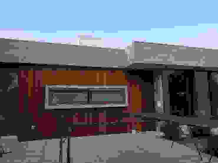 Fachada de madera Casas estilo moderno: ideas, arquitectura e imágenes de Constructora CYB Spa Moderno