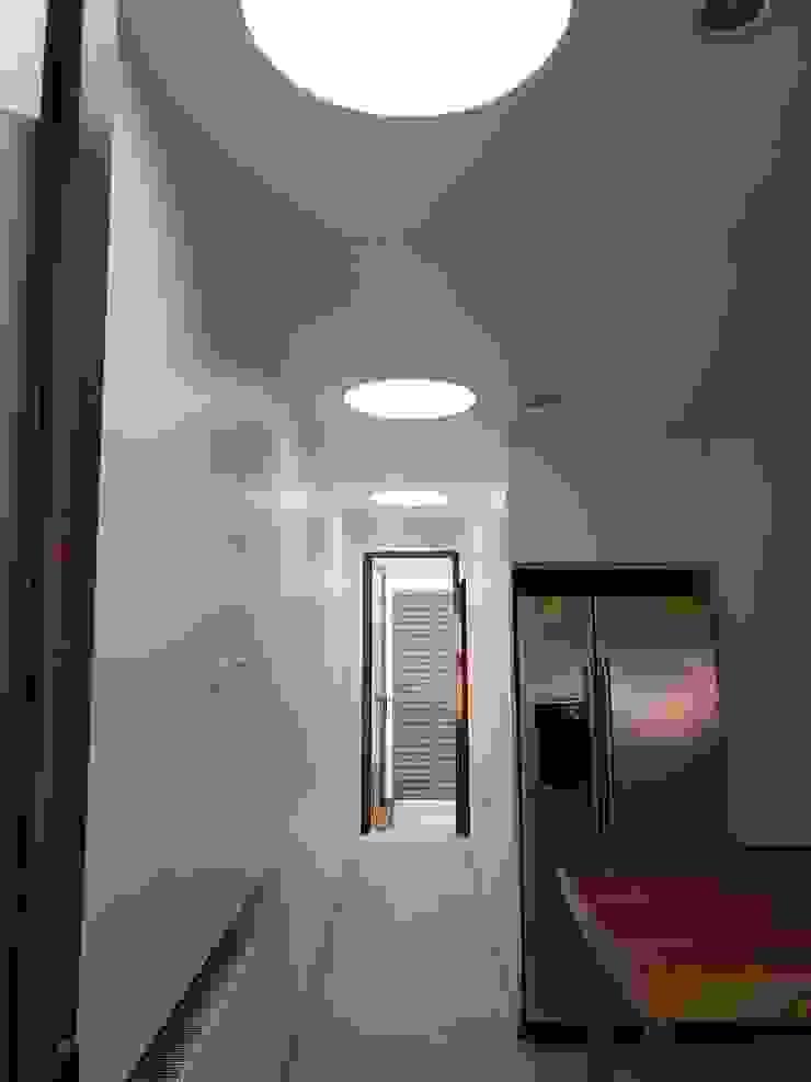 Pasillo interior Pasillos, vestíbulos y escaleras modernos de Constructora CYB Spa Moderno
