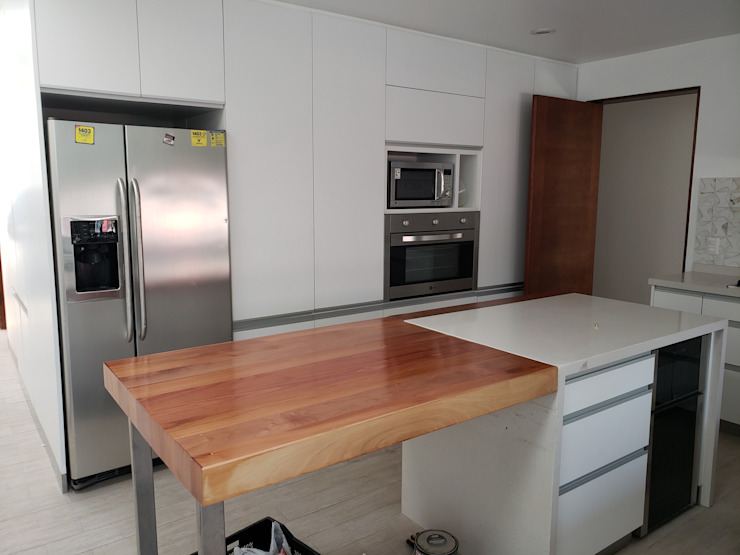 Isla cocina Cocinas de estilo moderno de Constructora CYB Spa Moderno