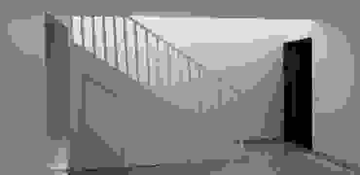 Escaleras de Constructora CYB Spa Moderno