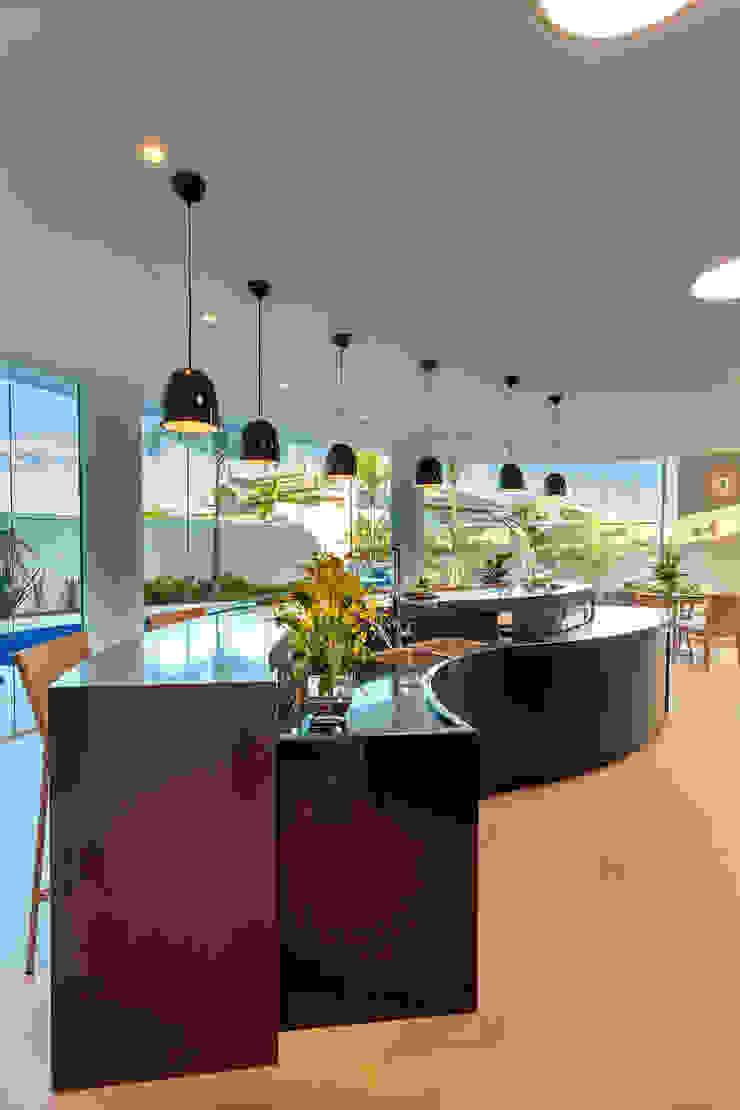 Nhà để xe/nhà kho phong cách hiện đại bởi Designer de Interiores e Paisagista Iara Kílaris Hiện đại
