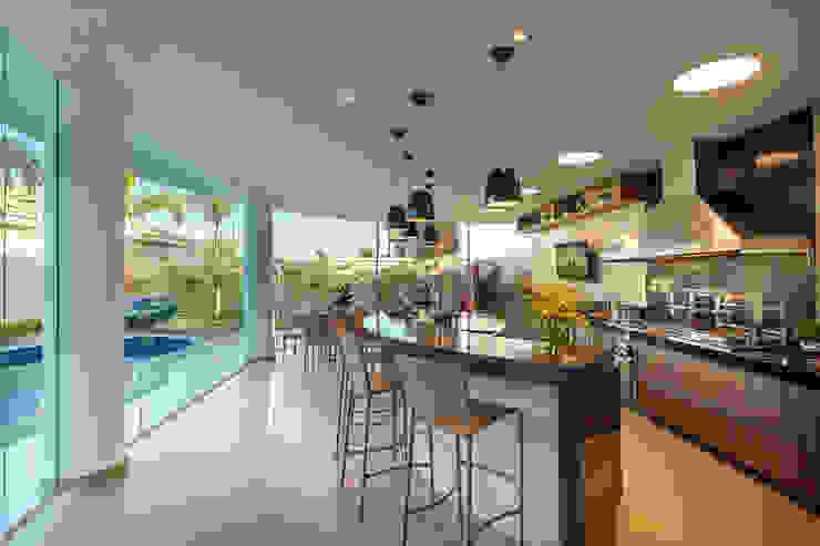 Hồ bơi phong cách hiện đại bởi Designer de Interiores e Paisagista Iara Kílaris Hiện đại