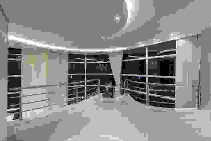 Hành lang, sảnh & cầu thang phong cách hiện đại bởi Designer de Interiores e Paisagista Iara Kílaris Hiện đại