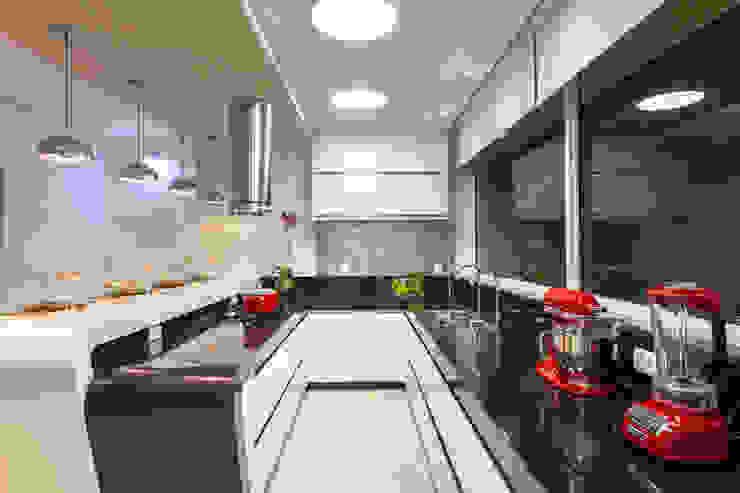 Nhà bếp phong cách hiện đại bởi Designer de Interiores e Paisagista Iara Kílaris Hiện đại