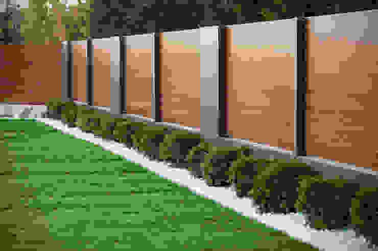 Nowoczesne ogrodzenie drewnopodobne Nowoczesny ogród od XCEL Fence Nowoczesny