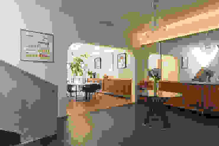 estudio atemporal Eclectic style corridor, hallway & stairs