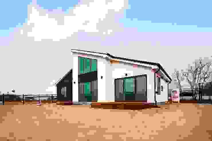 세련됨이 묻어난 단층 전원주택 모던스타일 주택 by 한글주택(주) 모던