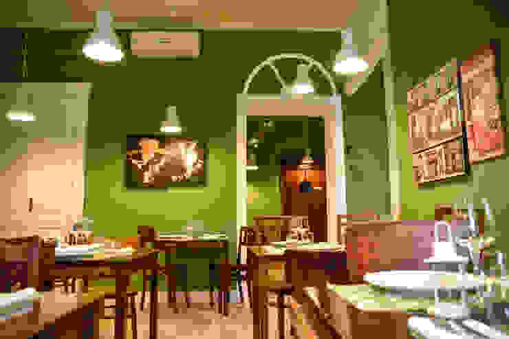 Sala ristorante con lampade sospese Negozi & Locali commerciali in stile eclettico di Arch. Sara Pizzo - Studio 1881 Eclettico Legno Effetto legno