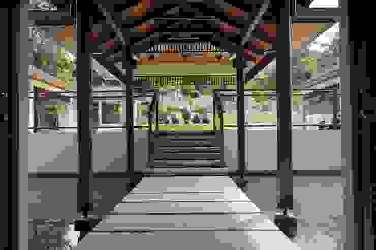 Luxury Bungalow In Sungai Penchala Kuala Lumpur Tropical corridor, hallway & stairs by Mode Architects Sdn Bhd Tropical