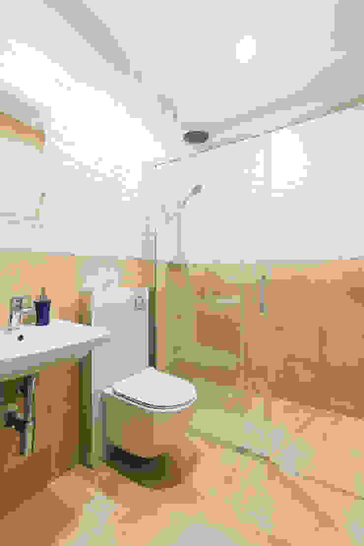 Baños modernos de in2home Moderno Azulejos