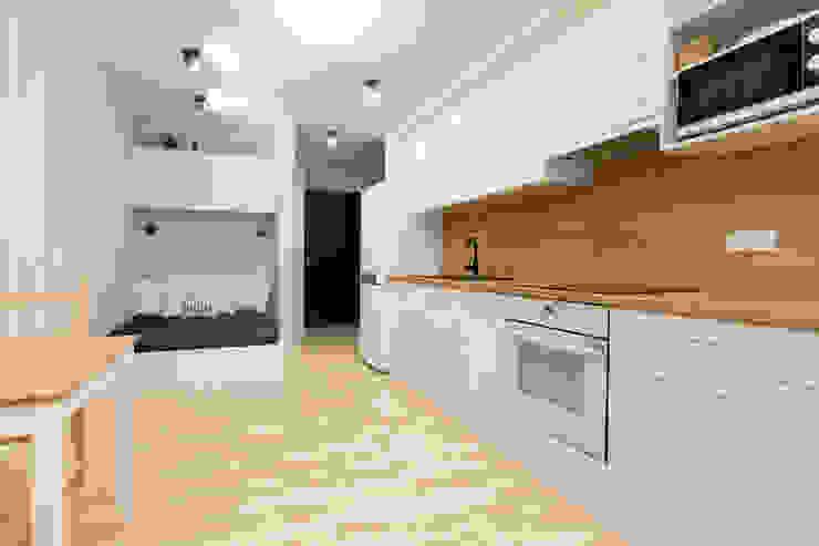 Cocinas modernas: Ideas, imágenes y decoración de in2home Moderno Compuestos de madera y plástico