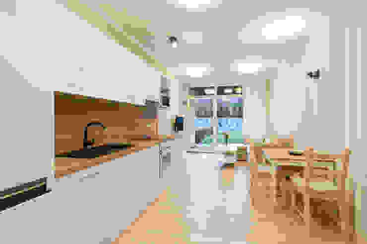 de in2home Moderno Compuestos de madera y plástico