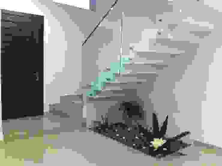 Escaleras de casa construida en Guadalajara: Escaleras de estilo  por Construcción y Terrenos, Moderno