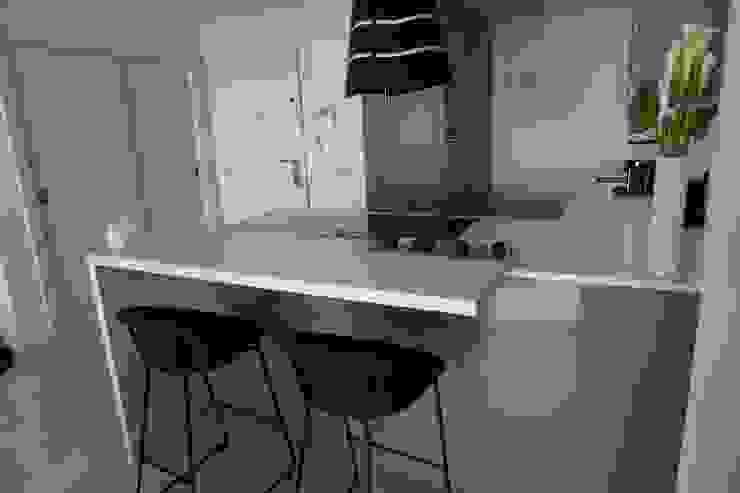 Zona de coccion y barra Decodan - Estudio de cocinas y armarios en Estepona y Marbella Cocinas pequeñas