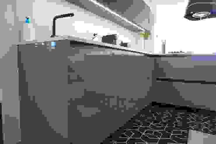 Muebles lacados alto brillo con sistema gola negra de Decodan - Estudio de cocinas y armarios en Estepona y Marbella Moderno