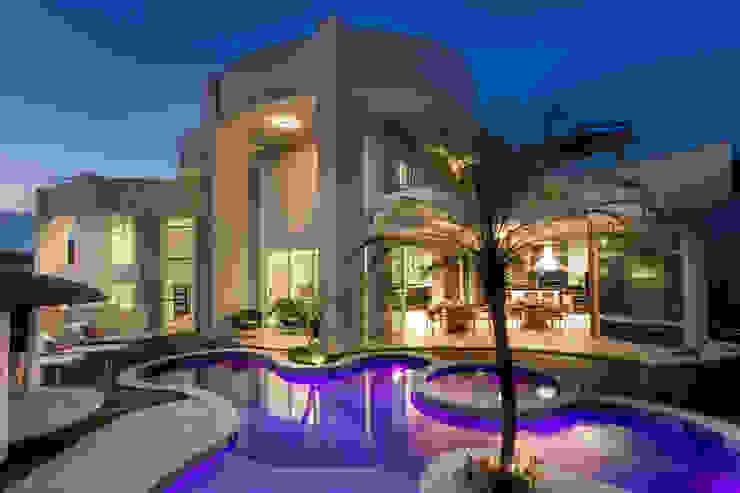 Casa Antúrio Piscinas modernas por Designer de Interiores e Paisagista Iara Kílaris Moderno