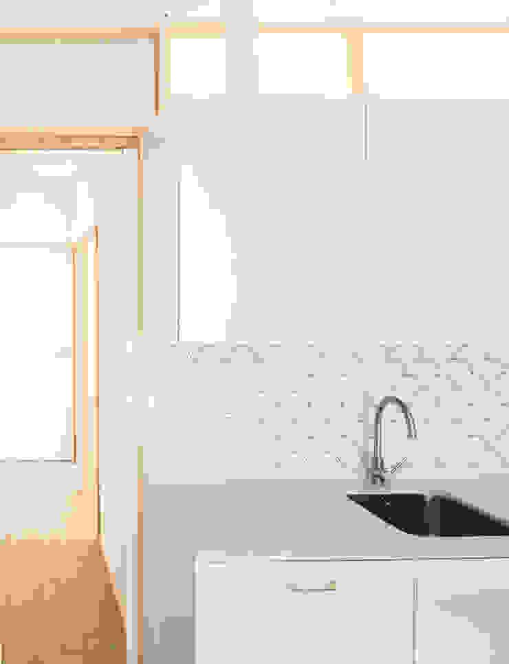 Detalle cocina-pasillo-armarios Cocinas de estilo minimalista de Eeestudio Minimalista