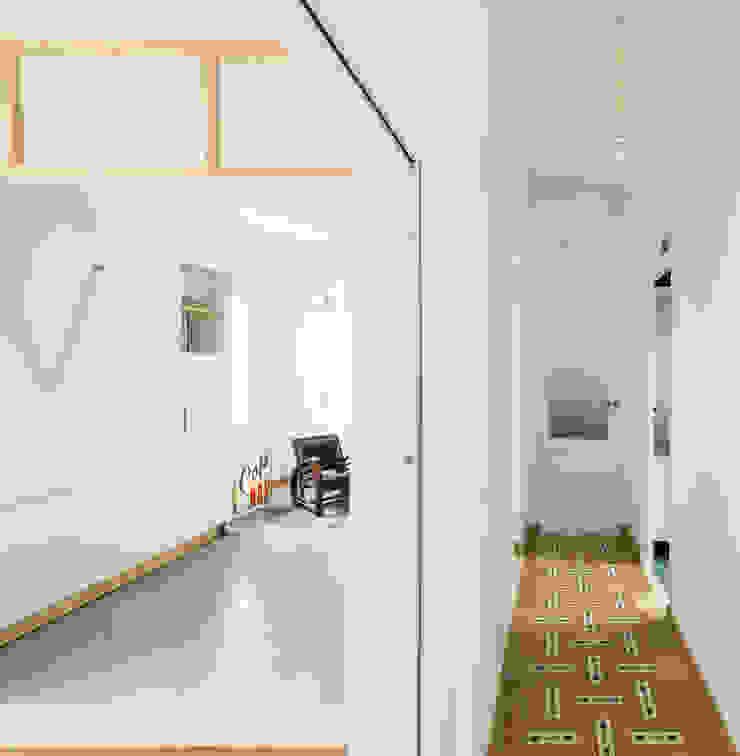 Pasillo y salón Pasillos, vestíbulos y escaleras de estilo minimalista de Eeestudio Minimalista