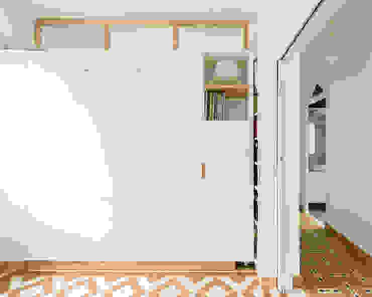 Vista desde el salón con el módulo giratorio cerrado Salones de estilo minimalista de Eeestudio Minimalista