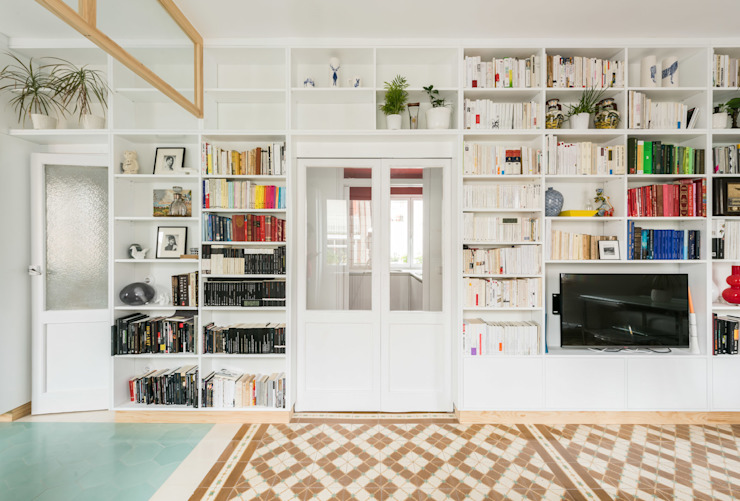 Vista del salón hacia pasillo con el módulo giratorio abierto Salones de estilo minimalista de Eeestudio Minimalista