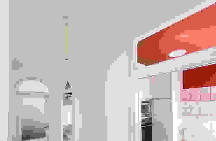 Pasillo Pasillos, vestíbulos y escaleras de estilo minimalista de Eeestudio Minimalista