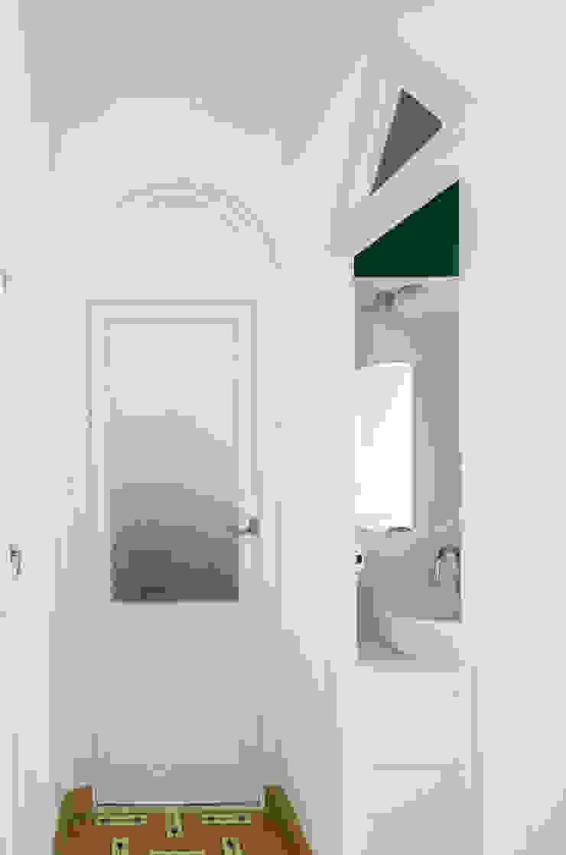 Acceso a baño Pasillos, vestíbulos y escaleras de estilo minimalista de Eeestudio Minimalista
