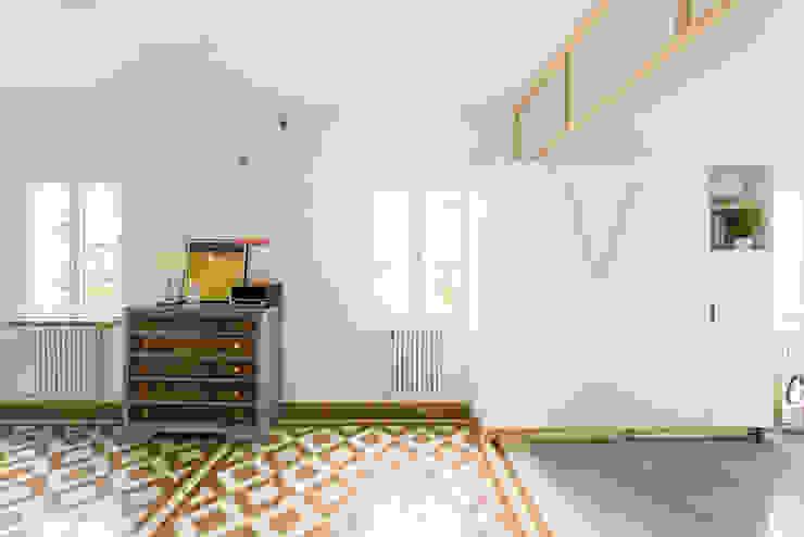 Vista del salón hacia calle con el módulo giratorio abierto Salones de estilo minimalista de Eeestudio Minimalista
