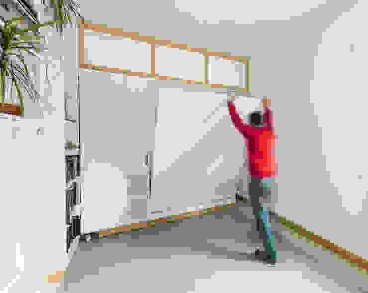 Mueble giratorio cerrado, abriendo cama de invitados Dormitorios de estilo minimalista de Eeestudio Minimalista