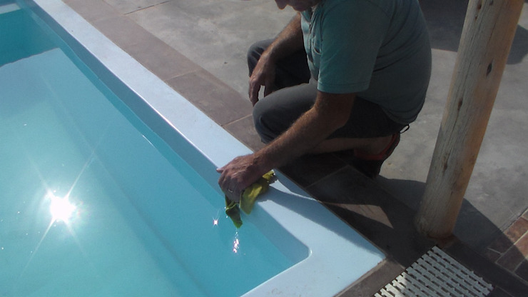 Limpieza de los bordes de Pool Solei