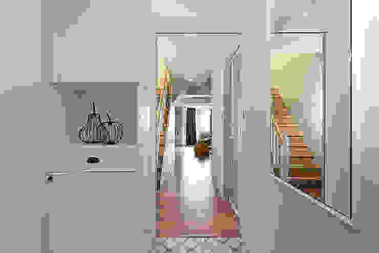 Corridor & hallway by 知域設計, Scandinavian