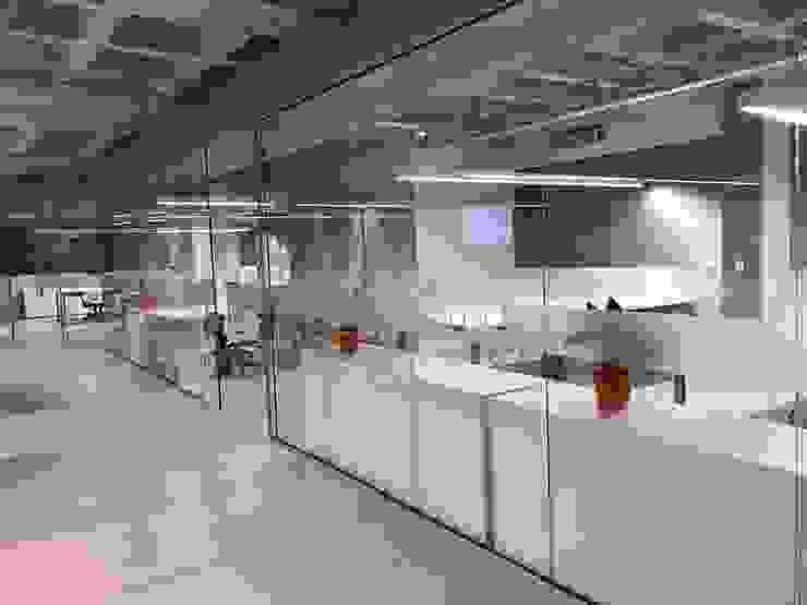 Salas separadas por vidro : Edifícios comerciais  por JBENARQ,Minimalista Vidro