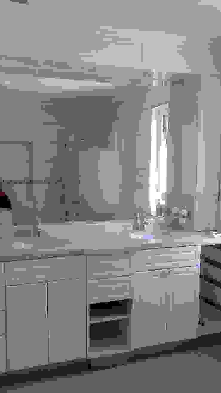Banheiros clássicos por Brassea Mancilla Arquitectos, Santiago Clássico Cerâmica