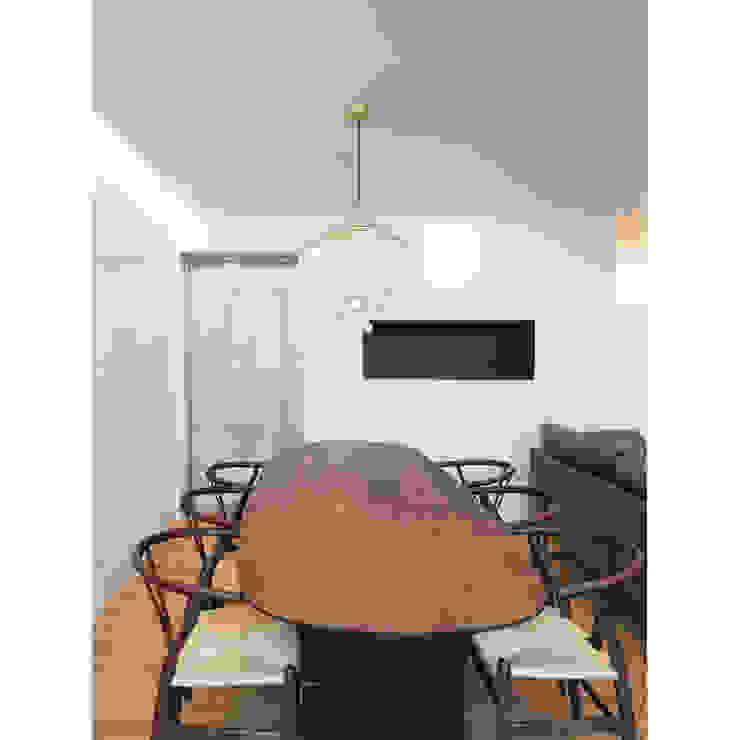 Столовая комната в стиле модерн от WITHJIS(위드지스) Модерн Алюминий / Цинк