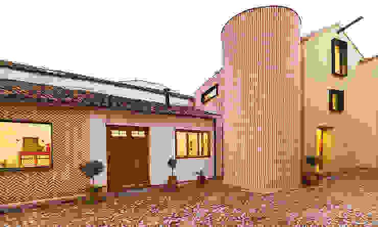 Reforma integral de antiguo pajar a vivienda. OOIIO Arquitectura Casas rurales Ladrillos Naranja
