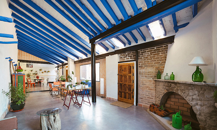 Reforma integral de antiguo pajar a vivienda. OOIIO Arquitectura Salones rústicos de estilo rústico Ladrillos Azul