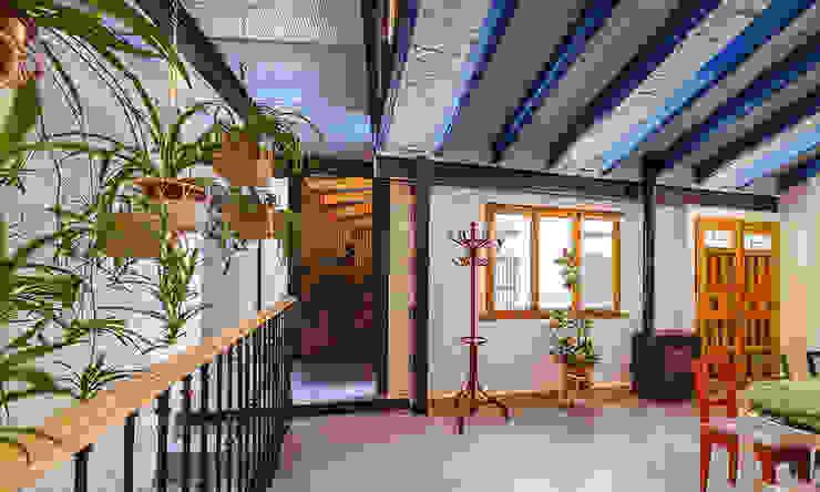 Reforma integral de antiguo pajar a vivienda. OOIIO Arquitectura Pasillos, vestíbulos y escaleras de estilo rústico Hormigón Multicolor