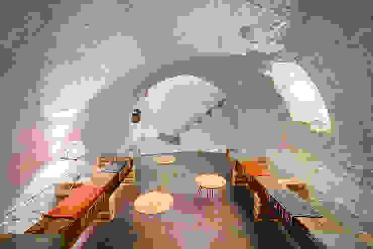 Reforma integral de cueva a bodega. OOIIO Arquitectura Bodegas de estilo rústico Hormigón Blanco