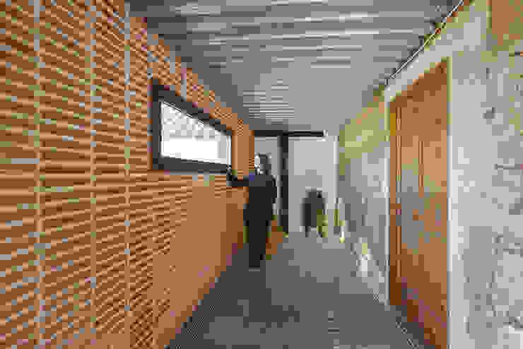 Reforma integral combinando elementos antiguos y nuevos. OOIIO Arquitectura Pasillos, vestíbulos y escaleras de estilo rústico Ladrillos Naranja
