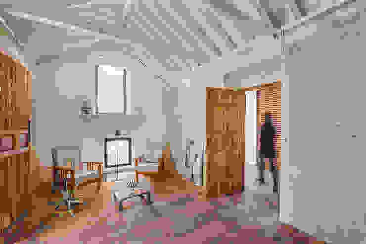Reforma integral de almacén agrícola como vivienda OOIIO Arquitectura Salones rústicos de estilo rústico Madera Blanco
