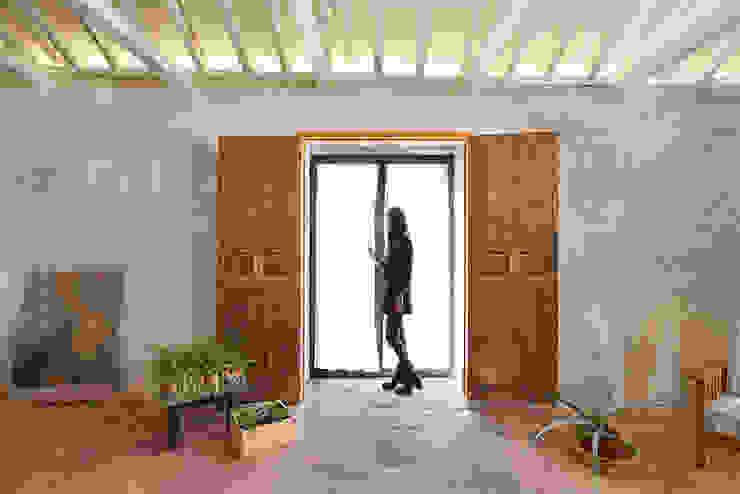 Reforma integral poniendo en valor elementos antiguos OOIIO Arquitectura Ventanas de madera Madera Marrón
