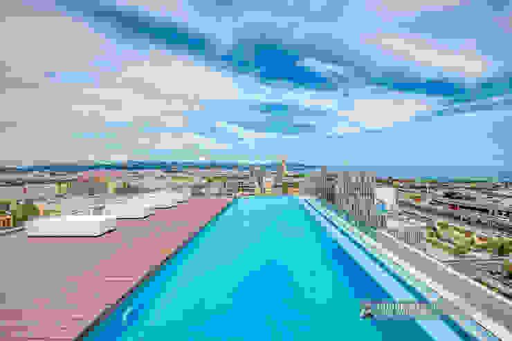 Mediterráneo desde una piscina de altura Balcones y terrazas de estilo moderno de Carlos Sánchez Pereyra | Artitecture Photo | Fotógrafo Moderno