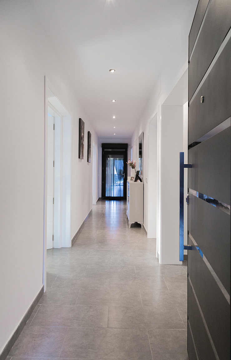Pasillo limpio y moderno. OOIIO Arquitectura Pasillos, vestíbulos y escaleras de estilo moderno Cerámico Blanco