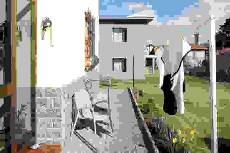 Балкон и терраса в стиле модерн от MIDE architetti Модерн