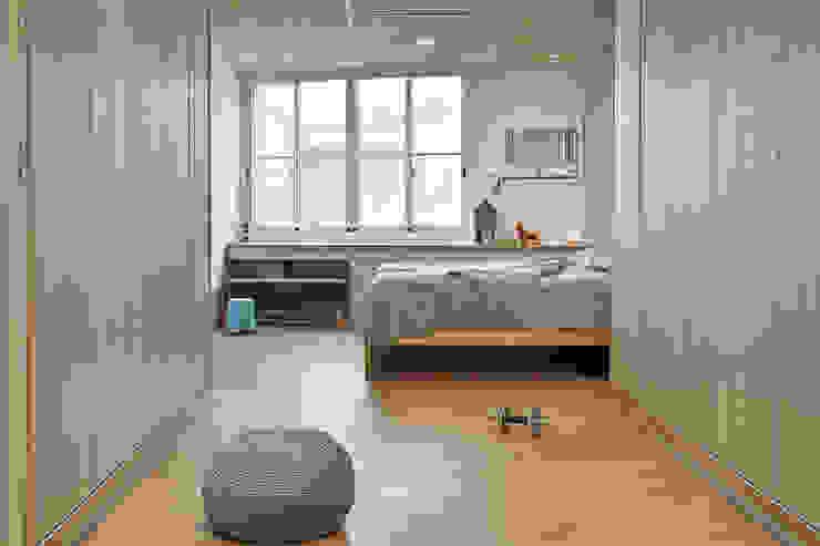 左右兩側規劃 男主人與女主人 衣櫃及收納櫃 by 森畊空間設計 Minimalist Wood-Plastic Composite