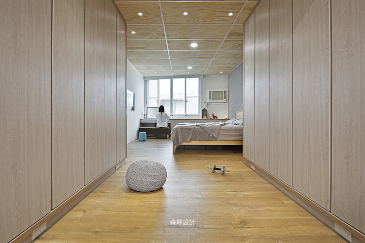 左右兩側規劃 男主人與女主人 衣櫃及收納櫃 Minimalist dressing room by 森畊空間設計 Minimalist Solid Wood Multicolored