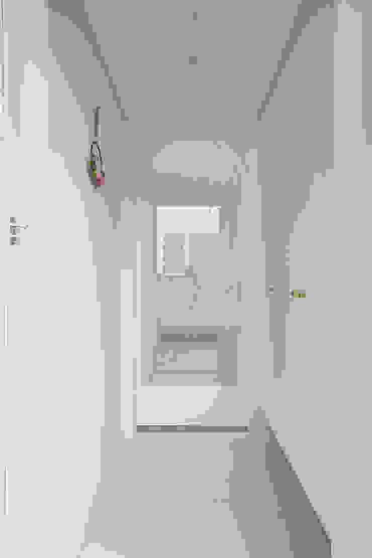 도화 현대 29평 아파트 인테리어 모던스타일 복도, 현관 & 계단 by 카멜레온디자인 모던