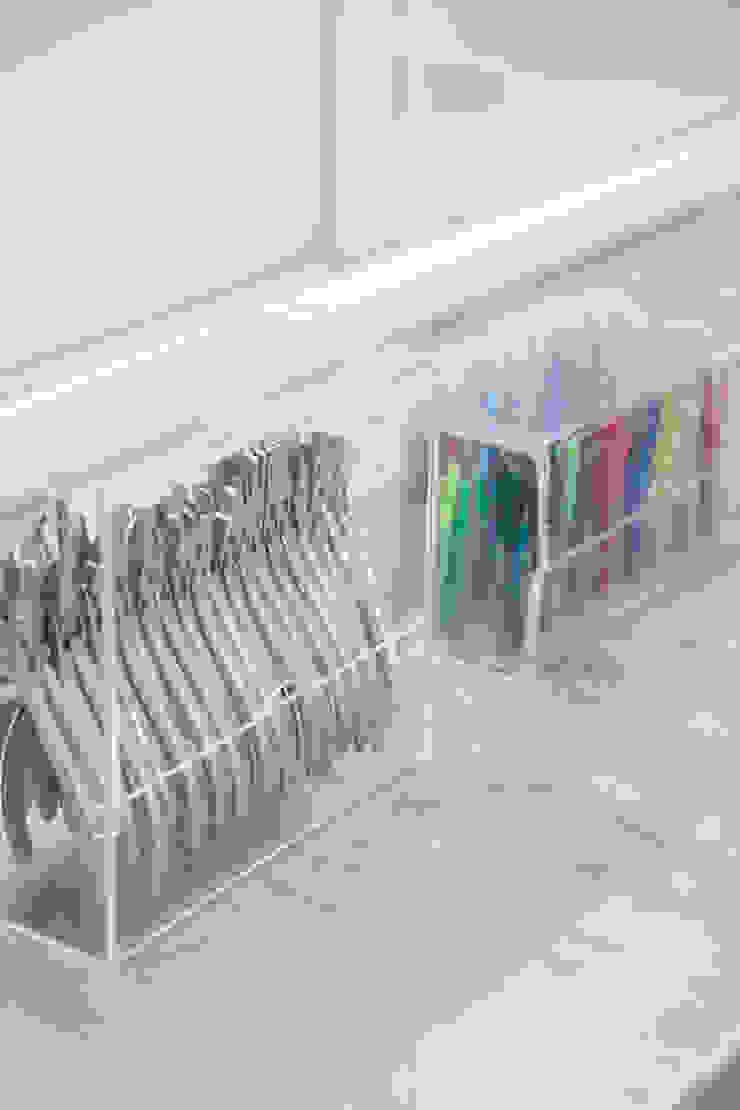 minimalist  by Okla Arquitetura, Minimalist Plastic