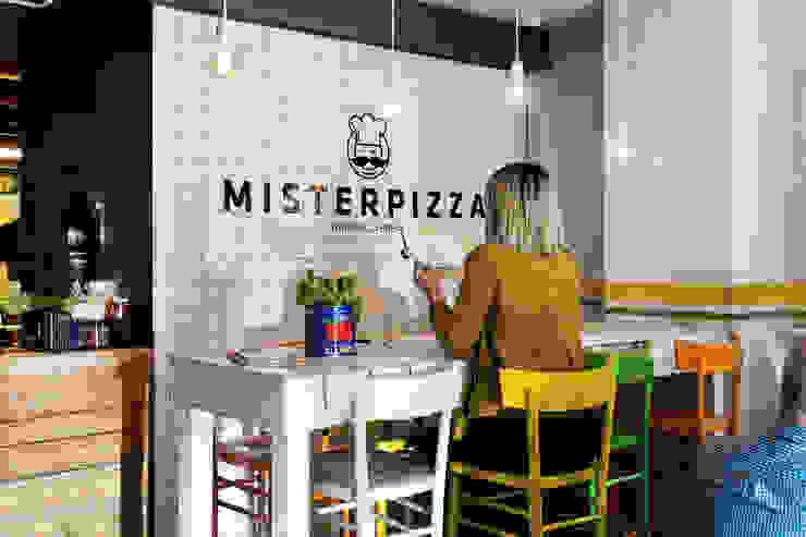 Particolare del tavolo con parete piastrellata corporate. Rifò Bar & Club in stile eclettico