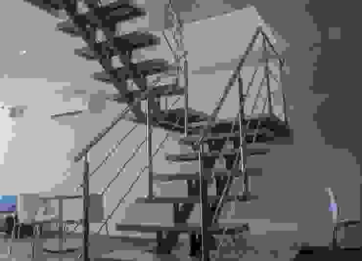 Escaleras en Hierro con pasos en marmol de CAMALEON DISEÑOS Minimalista