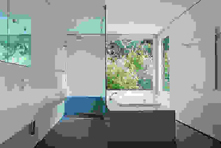 Salle de bain moderne par Ave Merki Architekten Moderne Pierre